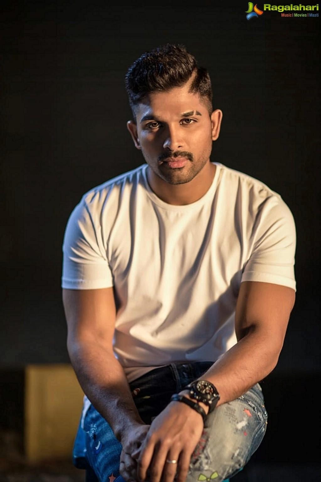 stylish star allu arjun donates 25 lakhs to kerala flood victims