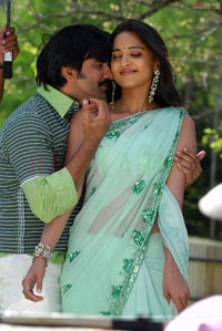 Hot Poses of Ravi Teja-Anushka from Baladoor