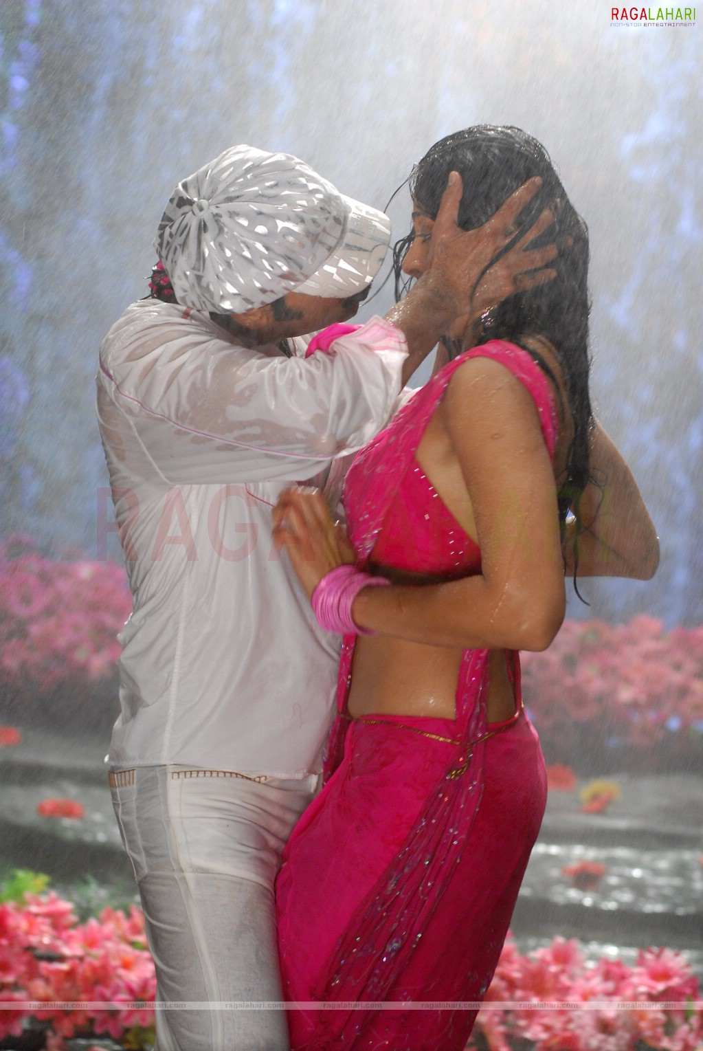 Anushka Sharma, Virat Kohli enjoy a stroll on Cardiff streets Anushka shetty kiss photos